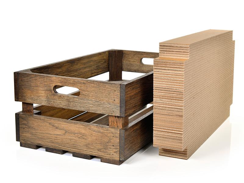 Holzkiste mit Kratzpappe für Katzen